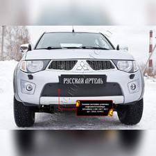 Защитная сетка и заглушка решетки переднего бампера Mitsubishi L200 2010—2015 (рестайлинг)
